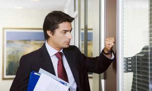 Необходимо ли по правилам офисного этикета стучаться в кабинет руководителя