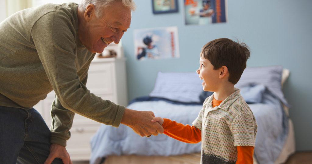 Мальчик и дедушка, рукопожатие