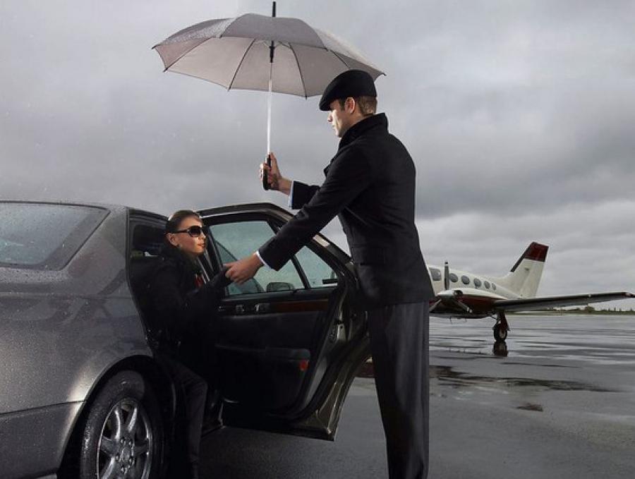 мужчина открывает дверь в машине