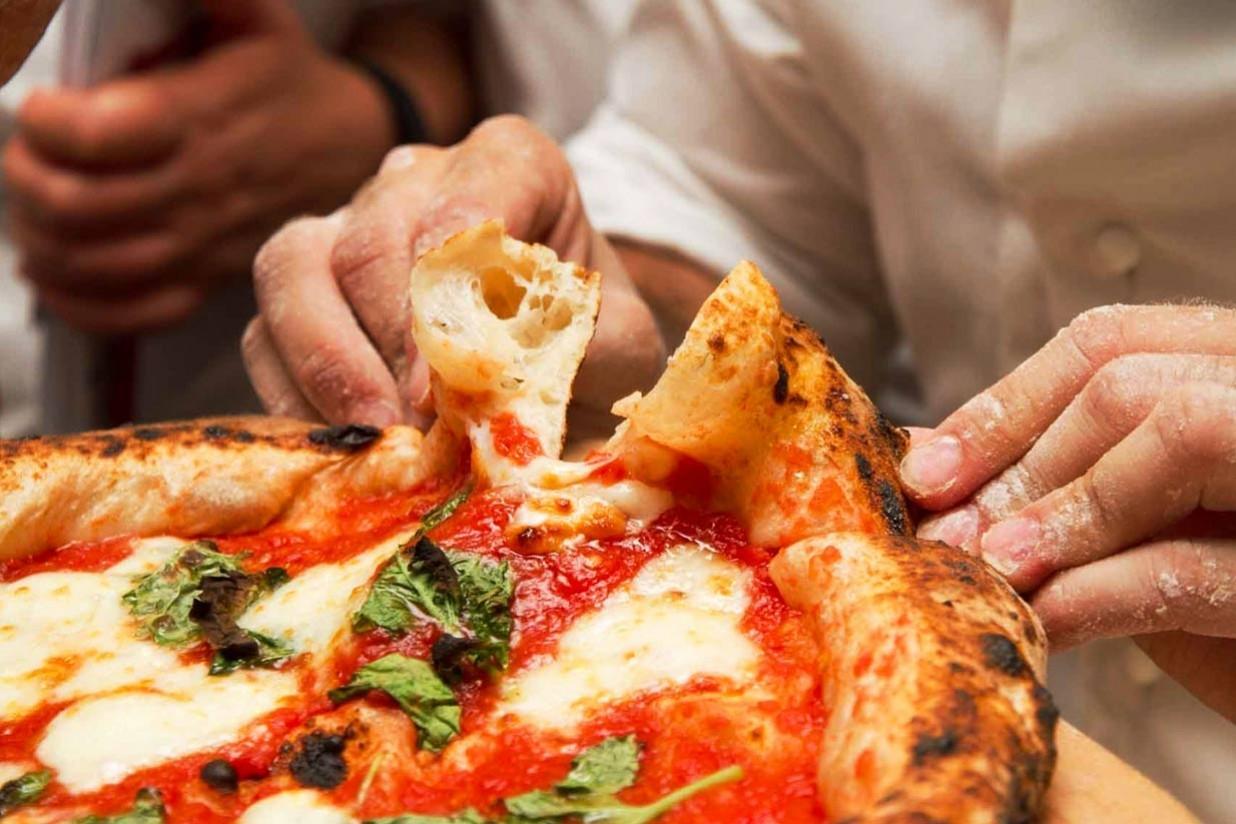 Пицца в руках