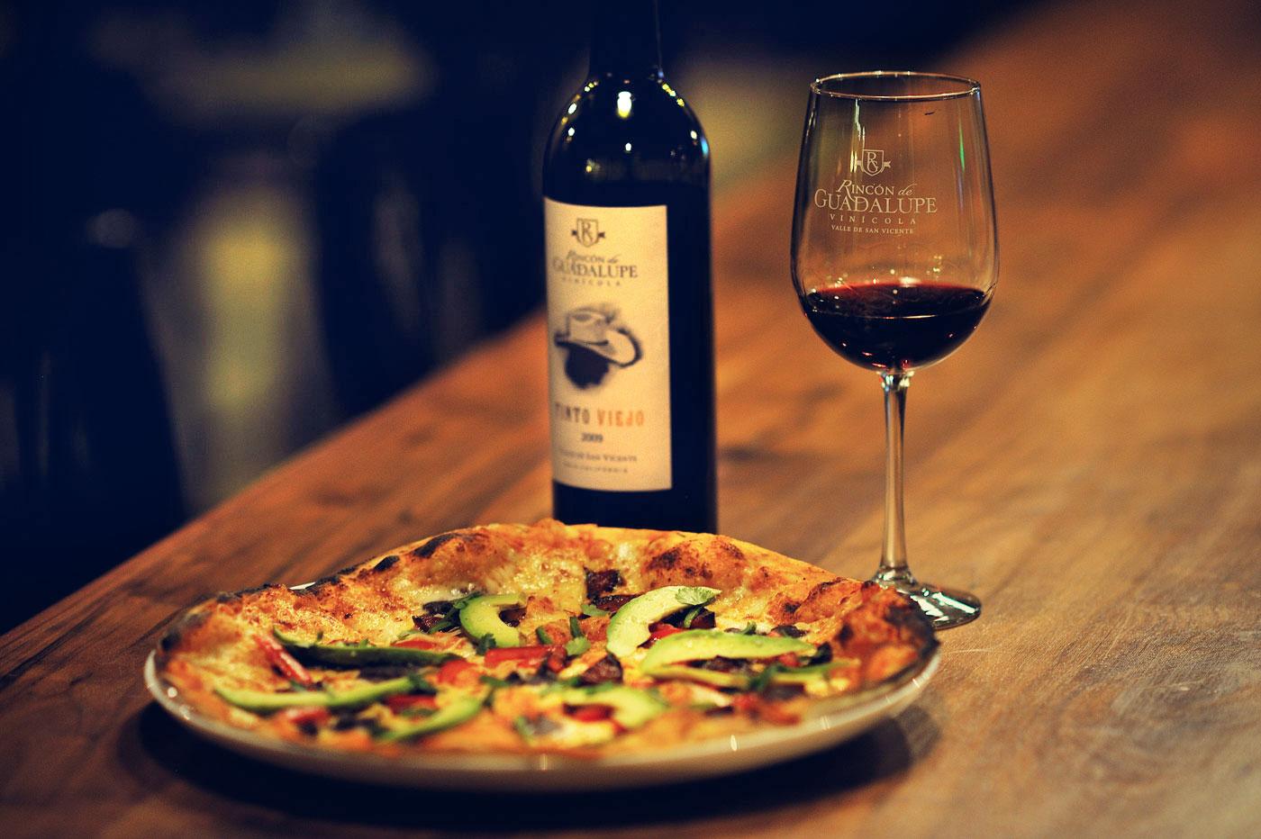 Пицца с вином