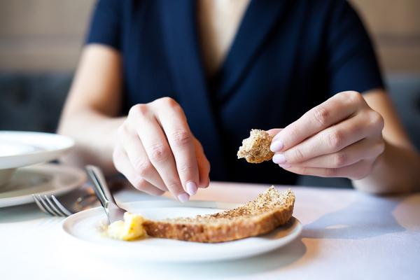 Хлеб на столе на тарелке