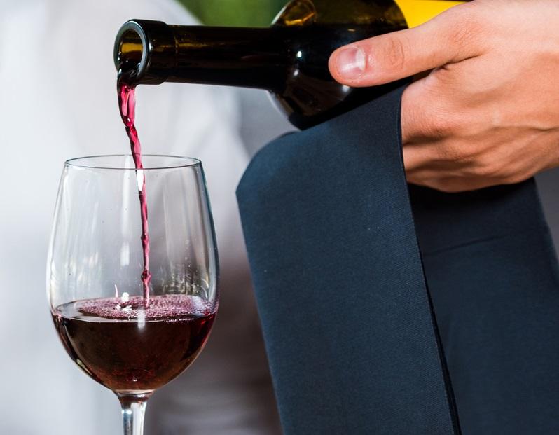 Разливаем вино