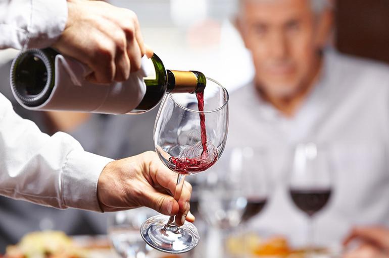 Правильно наливать вино