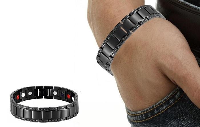 Магнитный браслет на руке у мужчины