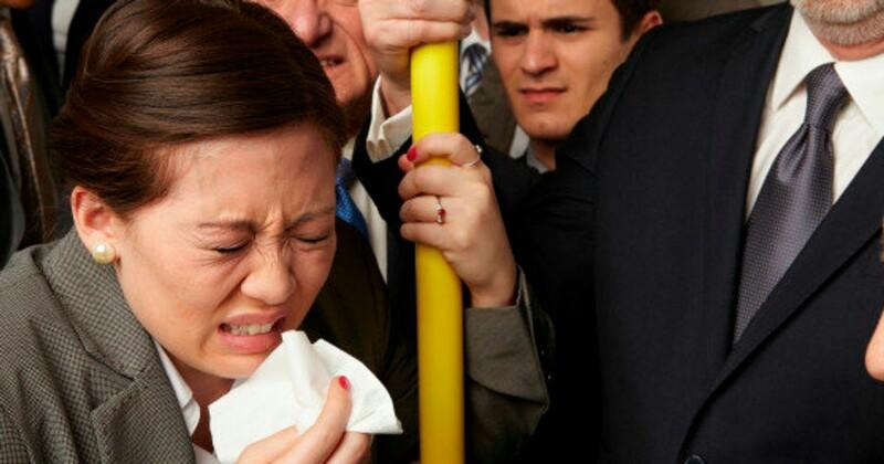 Женщина чихает в автобусе
