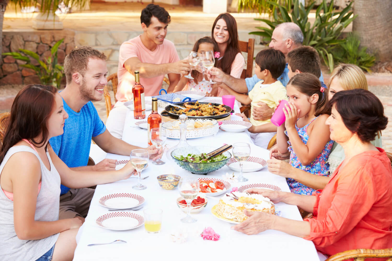 За столом семья
